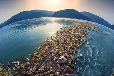海に浮かぶ大量のプラスチックごみ